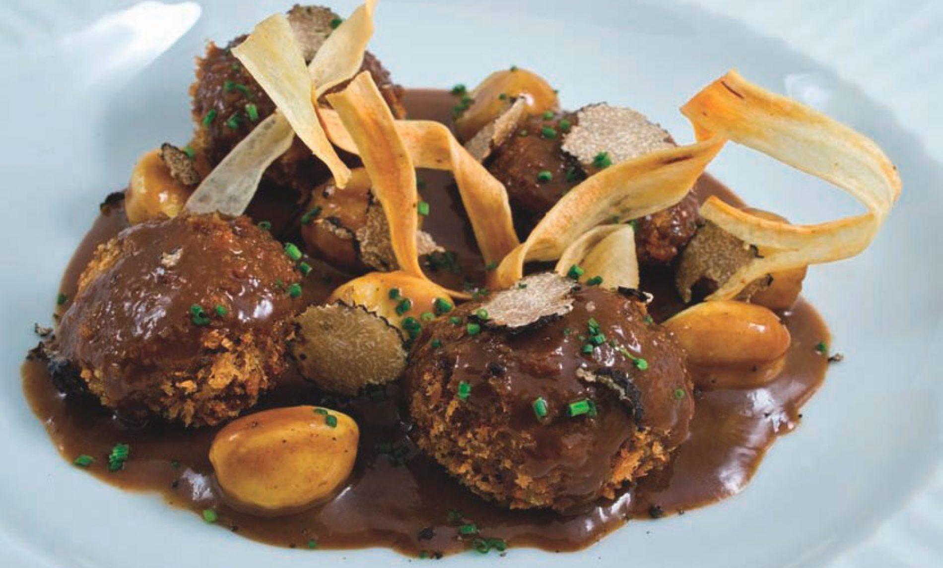 Albóndigas crujientes de jabalí con salsa de trufa negra