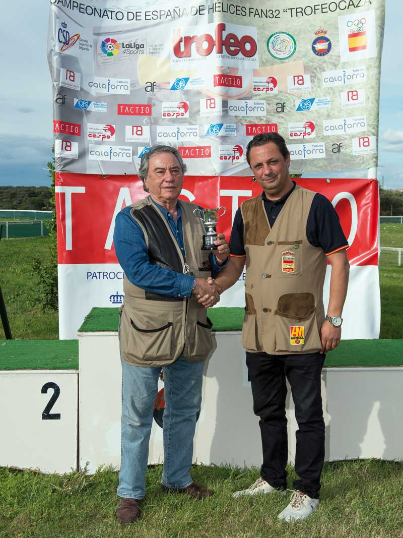 Victor Hernández entrega el premio Superveteranos a Fernando Pérez