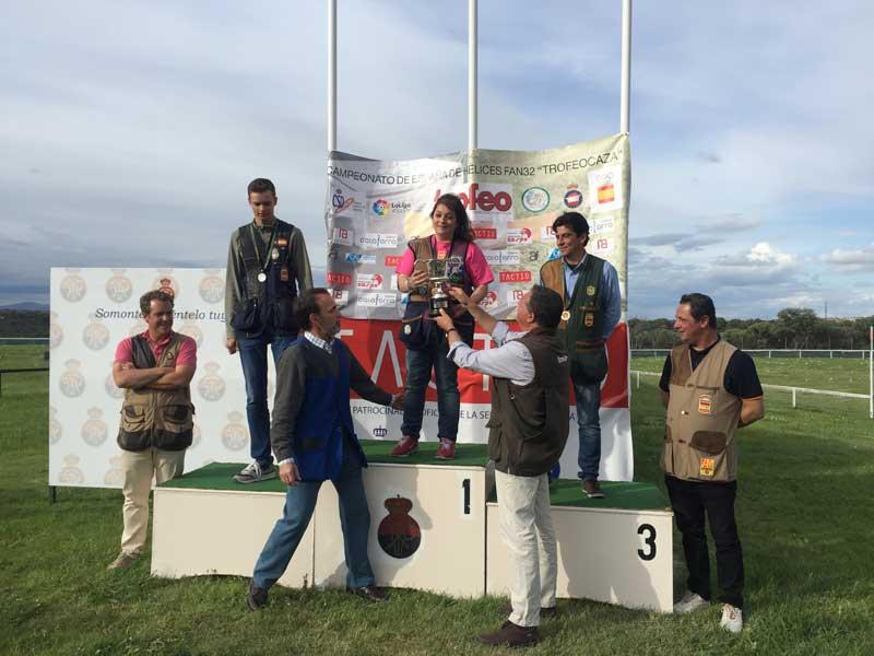 Rafa González de Trofeo Caza entrega el premio a la ganadora Loli Pastor