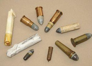 Aunque algunos no lo parezcan, todos son cartuchos utilizados en armas de avancarga y retrocarga durante los primeros 60 años del siglo XIX y finales del XVIII (los de papel, para armas de avancarga).