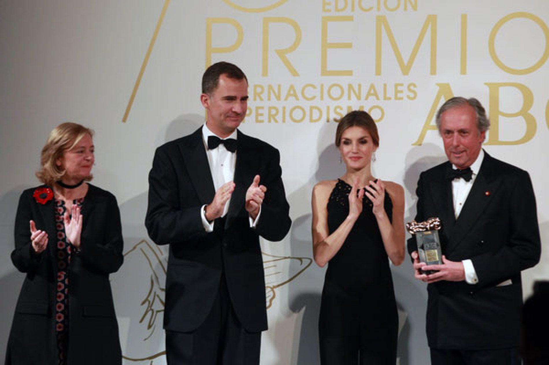 """El Rey entrega el Premio Mingote a Javier Barcáiztegui """"Barca"""""""