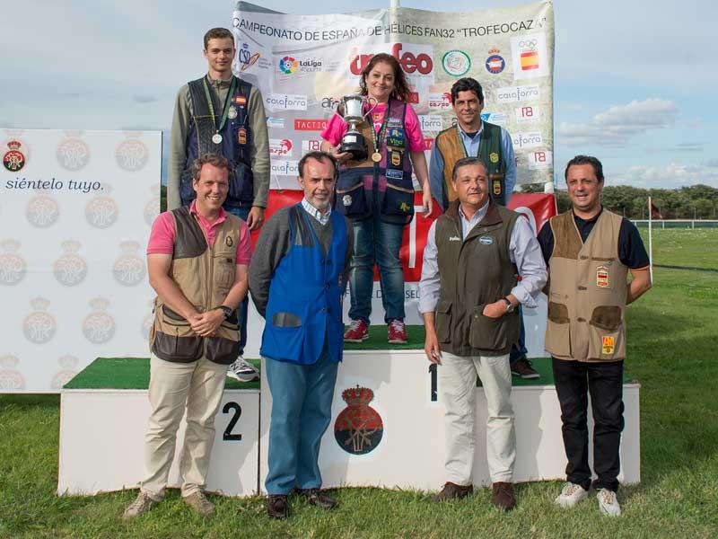 Los ganadores junto a representantes del campo de tiro de Somonte de la Federación de Tiro de Trofeo Caza y la organización