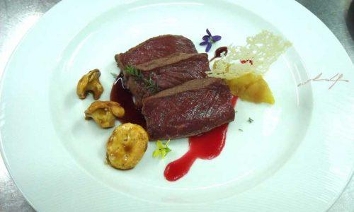 Lomo de ciervo, crujiente de manchego y salsa de vino syrah
