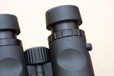 prismáticos-kite-Petrel-10x50-pulgares
