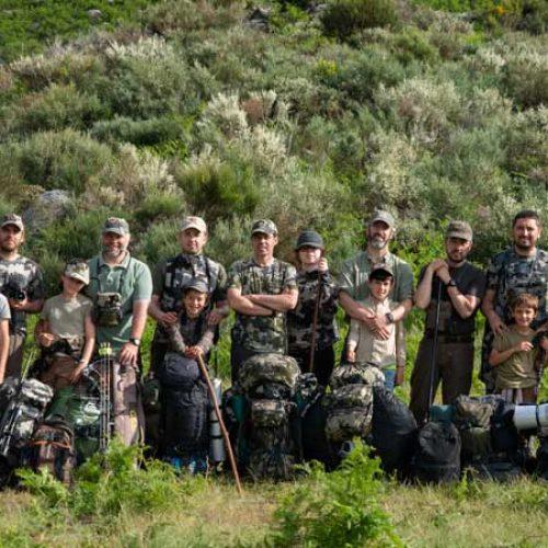 Acampada familiar para disfrutar de la montaña y la caza