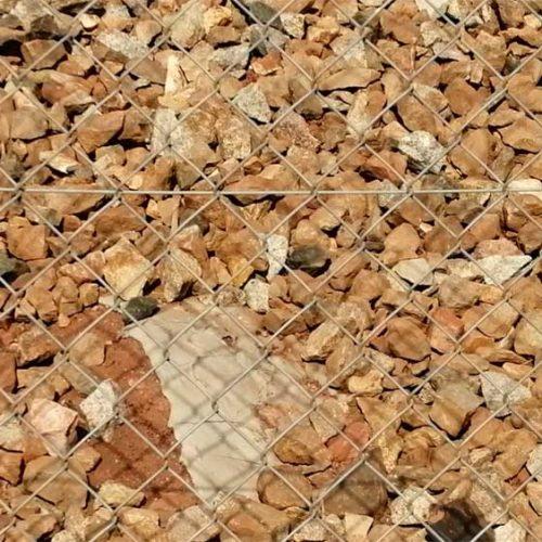Adif retira el cemento con que tapaba las madrigueras de conejos de las vías del tren en Jaén